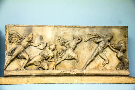 friso: Grupo de Batalla de griegos y Amazonas, al este friso, Mausoleo de Halicarnaso, atribuido a Skopas, mármol. British Museum, Londres Editorial
