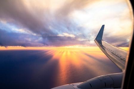 일몰 날개 항공기. 비행기 창을 통해 밖으로 찾고