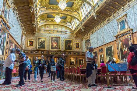 중세 윈저 성에서 왕궁 내부에서 미확인 된 방문자. 윈저 캐슬 (Windsor Castle)은 영국의 버크셔 카운티 윈저 (Windsor)에있는 왕실 거주지입니다. 그것은 정
