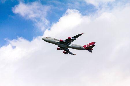 boeing 747: Boeing 747 Virgin Atlantic guadagnando quota dopo il decollo dall'aeroporto di Heathrow di Londra. L'aereo sta portando nuova livrea annunciato all'inizio del 2011. Boeing 747 viene popolarmente chiamato Jumbo Jet. Londra, Regno Unito