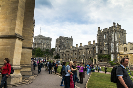 the royal county: Unidentified tourists near St. George Chapel in Windsor Castle, royal residence at Windsor in the English county of Berkshire. UK