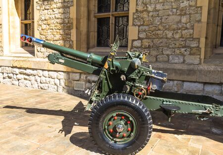 pounder: British 25 Pounder Field Gun, 1943 - saluting  cannon in Tower of London until 2001,  used by allies during Second World War. London Editorial