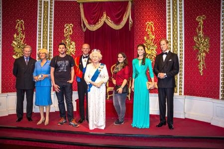 런던, 영국 - 2015 년 6 월 7 일 : 미확인 방문자 마담 Tussauds 왁스 박물관에서 영국 왕실 가족 왁 스 인물 함께 메모리에 촬영됩니다. 에디토리얼