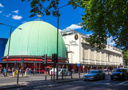 LONDON, Großbritannien - 7. Juni 2015: Madame Tussauds Museum in London. Madame Tussauds London ist berühmt für neu zu berühmten Persönlichkeiten und Prominente in Wachs. Es befindet sich in der ehemaligen London Planetarium entfernt. Standard-Bild - 56237126