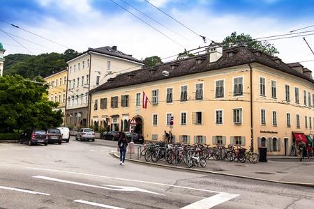 """Salzburg, Österreich - 15. Juli 2017: """"Mozart Wohnhaus"""" des berühmten Komponisten Wolfgang Amadeus Mozart in Salzburg, Österreich. In diesen Tagen ein Museum, das Mozart und seiner Familie gewidmet ist"""