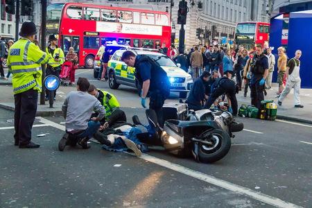 Londres, Reino Unido - 7 de junio de 2015: Los paramédicos y bomberos brindan primeros auxilios a las víctimas de un accidente de motocicleta en Piccadilly Street