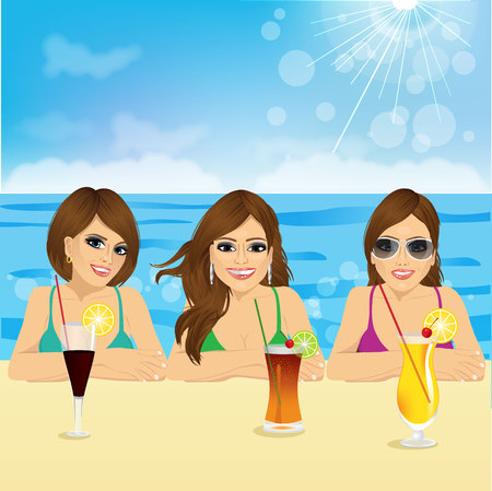 grupo de tres mujeres jóvenes en la playa con expresión de la cara sonriente positivo