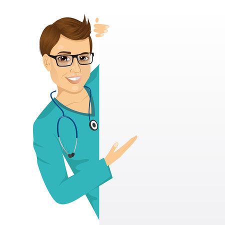 Portrait d'une infirmière beau mâle avec des lunettes furtivement d'une carte de présentation vierge et de montrer quelque chose sur elle