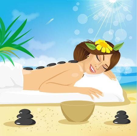 nue plage: Belle femme brune obtenir un traitement aux pierres chaudes sur la plage