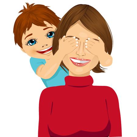 ritratto di figlio piccolo che copre gli occhi Madre felice con le sue mani sorridendo