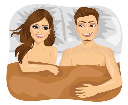 mujer en la cama: vista desde arriba de la joven pareja feliz en la cama mirando el uno al otro
