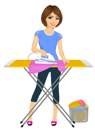 in voller Länge Portrait der jungen Frau Bügeln der Wäsche. Hausarbeit. Isoliert auf weiß
