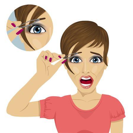 Jeune femme belle plumer ses sourcils avec des pincettes, avec un cri de douleur sur fond blanc