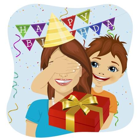 fils mignon couvrant ses yeux de mère donnant un cadeau surprise à la fête d'anniversaire d'anniversaire
