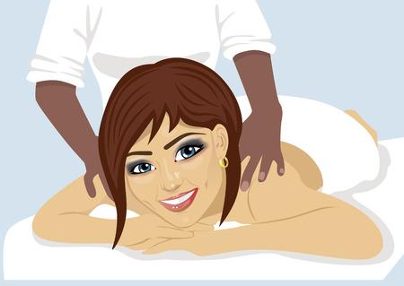 Retrato de mujer feliz de recibir masaje de espalda en el salón del balneario