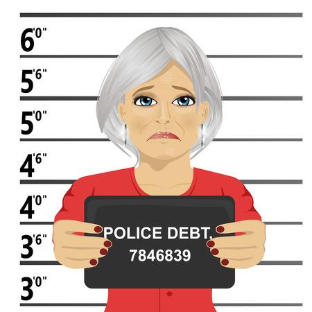 Arrested senior vrouw poseren voor een mugshot met een bord