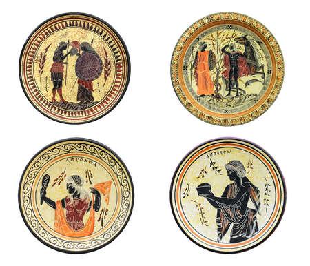 Conjunto de cuatro platos griegos antiguos aislados sobre fondo blanco. En una imagen de plato de Atenea, Afrodita, Aquiles y Tetis. Héroes y dioses míticos.