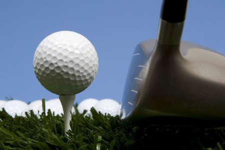 ティー ドライバーの青空と草上にゴルフボール