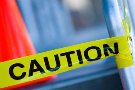 courtoisie: Prudence sur ruban jaune escalier orange trafic ferroviaire avec c�ne arri�re, tr�s faible profondeur de champ.  Banque d'images