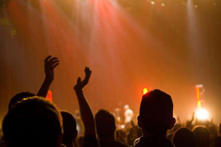 센터 박수의 한 사람과 제기 손으로 기독교 음악 콘서트