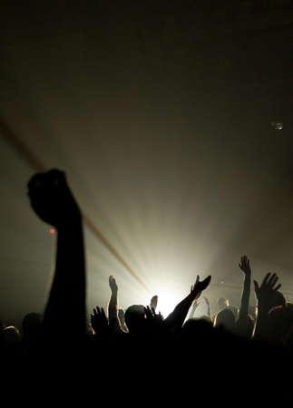 alabanza: Concierto de m�sica cristiana con plante� las manos con una persona es centro adorando