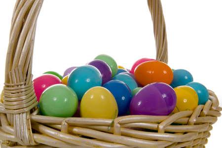 白地に色とりどりのイースターエッグ バスケット卵します。