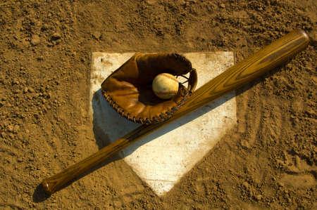 campo de beisbol: Cosecha de b�isbol con el bate en el plato de home Foto de archivo