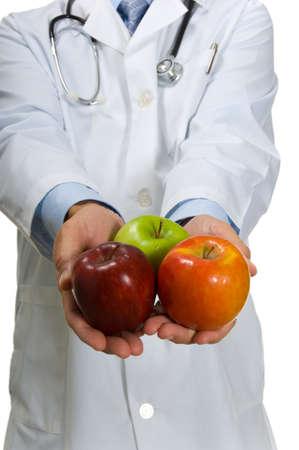 lab coat: Un medico in un vestito bianco Camice incoraggiare il consumo di tre diverse variet� di mele-una mela al giorno tiene lontano il medico, mangiare sano