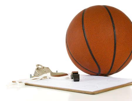 would: Appunti, fischio, clipbaord e palla - gli oggetti un allenatore che usa quando coaching o di insegnamento basket su sfondo bianco Archivio Fotografico