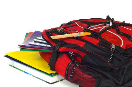 school bag: Mochila roja desborda con la escuela, incluyendo l�pices, reglas, carpetas y libros