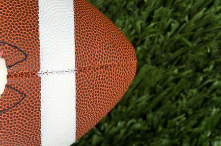 Close-up van een American football op groen gras met kopie ruimte