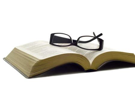 gafas de lectura: Un par de gafas de lectura se�oras en la parte superior de la aa la Biblia, religiosas estudio