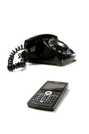 현대 모바일 멀티미디어 통신 장치 또는 전경에서 전화의 이미지와 골동품, 빈티지 책상 전화의 이미지 휴대 전화에 초점