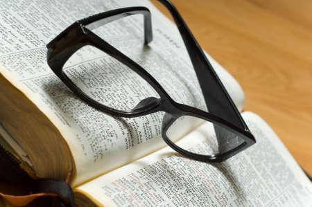 gafas de lectura: Un par de se�oras gafas de lectura en la parte superior de aa Biblia, de estudios religiosos