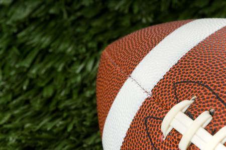 Close-up van een Amerikaans voetbal op groen gras met kopie ruimte Stockfoto