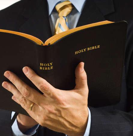 predicador: Un hombre es juego de negocio que lee la biblia podr�a ser predicador Foto de archivo