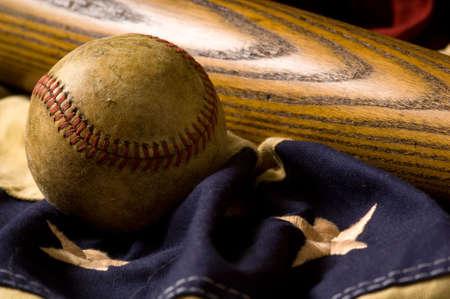 leather ball: Una cosecha de antig�edades o de b�isbol y bate de b�isbol en la bandera americana Bunting