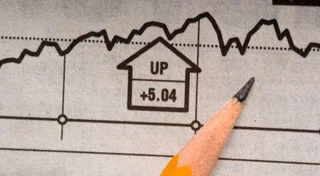 Un lápiz situada en la parte superior de un periódico de existencias de señalización gráfica en un aumento de precios o un mercado alcista  Foto de archivo - 2697959