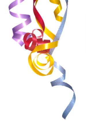 streamers: Colorido, rizado, serpentinas cinta sobre un fondo blanco con copia espacio  Foto de archivo