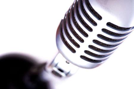 Een vintage zoekt microfoon op een witte achtergrond met kopie ruimte Stockfoto