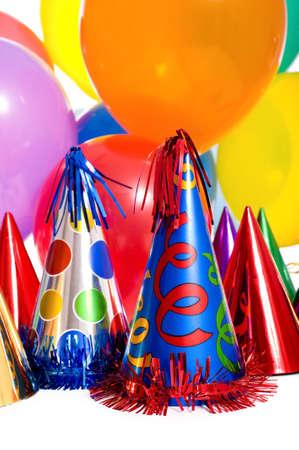 Verjaardagsfeestje achtergrond met partij hoeden, zwevende ballonnen en wimpels