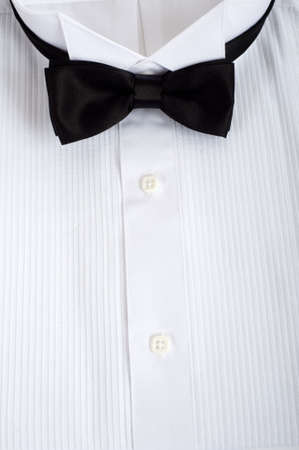 Een achtergrondkleur bestaande uit een shirt tuxedo met een zwarte zijden tie met kopie ruimte, formele kleding voor bruiloft of ober of service personeel