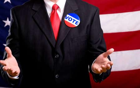 suplicando: Un pol�tico o el hombre de negocios de pie frente a una bandera americana stumping o escrito con las personas a votar, el ejercicio como un privilegio ciudadano Amercan Foto de archivo
