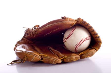 gant de baseball: Un gant de baseball de cuir brun et une balle de baseball sur un fond blanc, avec copie espace Banque d'images