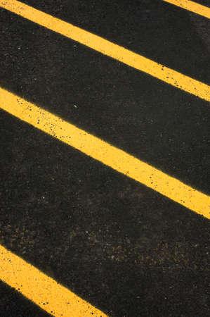 """Parkeerplaats gele strepen of """"voorzichtigheid"""" strepen op een parkeerplaats. Traffic control achtergrond"""