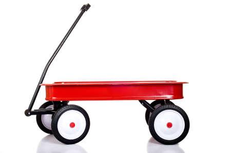 Een rode kleine rode wagon op een witte achtergrond met ruimte exemplaar