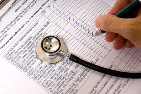 questionaire: Un m�dico o enfermera de completar un cuestionario del paciente con un estetoscopio Foto de archivo
