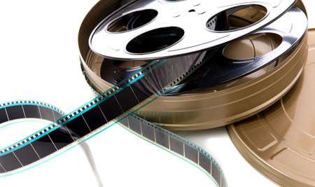 carrete de cine: Un containter de tira de pel�cula, carrete de pel�cula y el cine puede sobre un fondo blanco Foto de archivo