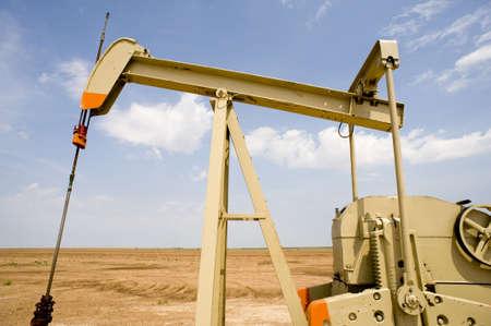 Een oliepomp of pumpjack in de Verenigde Staten van Amerika. Olie-industrie apparatuur Stockfoto