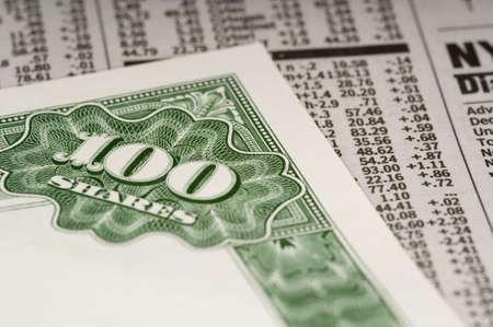 stock certificate: Un certificado de stock, situada en la parte superior de la secci�n financiera o comercial de un peri�dico  Foto de archivo
